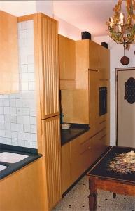 Abitazione a Venezia, cucina in betulla e corian, Arch. Carlo Capovilla 3