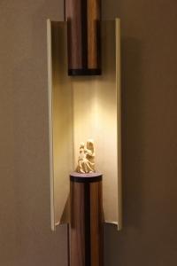 Abitazione a Venezia, espositore per scultura in noce, Arch. Franca Semi 2