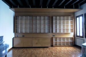 Abitazione a Venezia, libreria in betulla e iroko, Arch. Maura Manzelle
