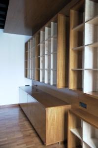 Abitazione a Venezia, libreria in betulla e iroko, Arch. Maura Manzelle 1
