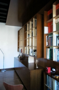 Abitazione a Venezia, libreria in betulla e iroko, Arch. Maura Manzelle 5