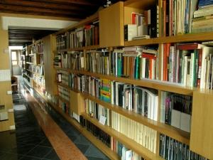Abitazione a Venezia, libreria in rovere, Arch. Giovanni Leone 3