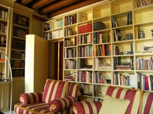 Abitazione a Venezia, libreria laccata con porta a scomparsa, Arch. Carlo Capovilla