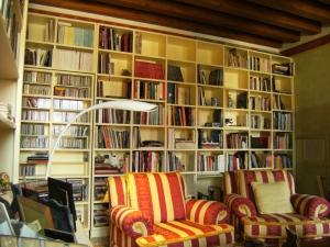 Abitazione a Venezia, libreria laccata con porta a scomparsa, Arch. Carlo Capovilla 3