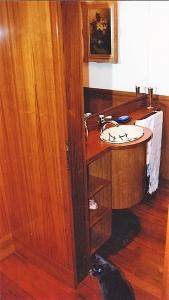 Abitazione a Venezia, mobile bagno in iroko, Arch. Carlo Capovilla