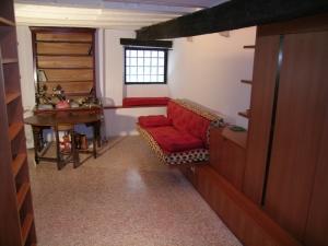 Abitazione ai Miracoli, arredi di monolocale in pero, Arch. Carlo Capovilla 17