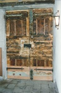 Condominio a Venezia, restauro portone ingresso in larice laccato
