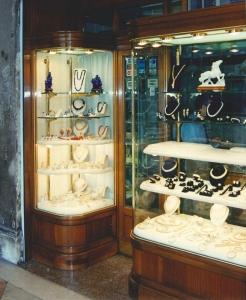 Negozio in Piazza San Marco, vetrine esterne, Arch. Carlo Capovilla