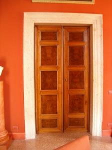 Palazzo a Venezia, porta in noce e radica 1