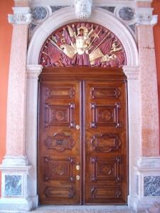 Palazzo a Venezia, porta ingresso in noce, Arch. Carlo Capovilla
