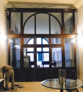 Palazzo a Venezia, serramento interno in larice, Arch. Leo Schubert